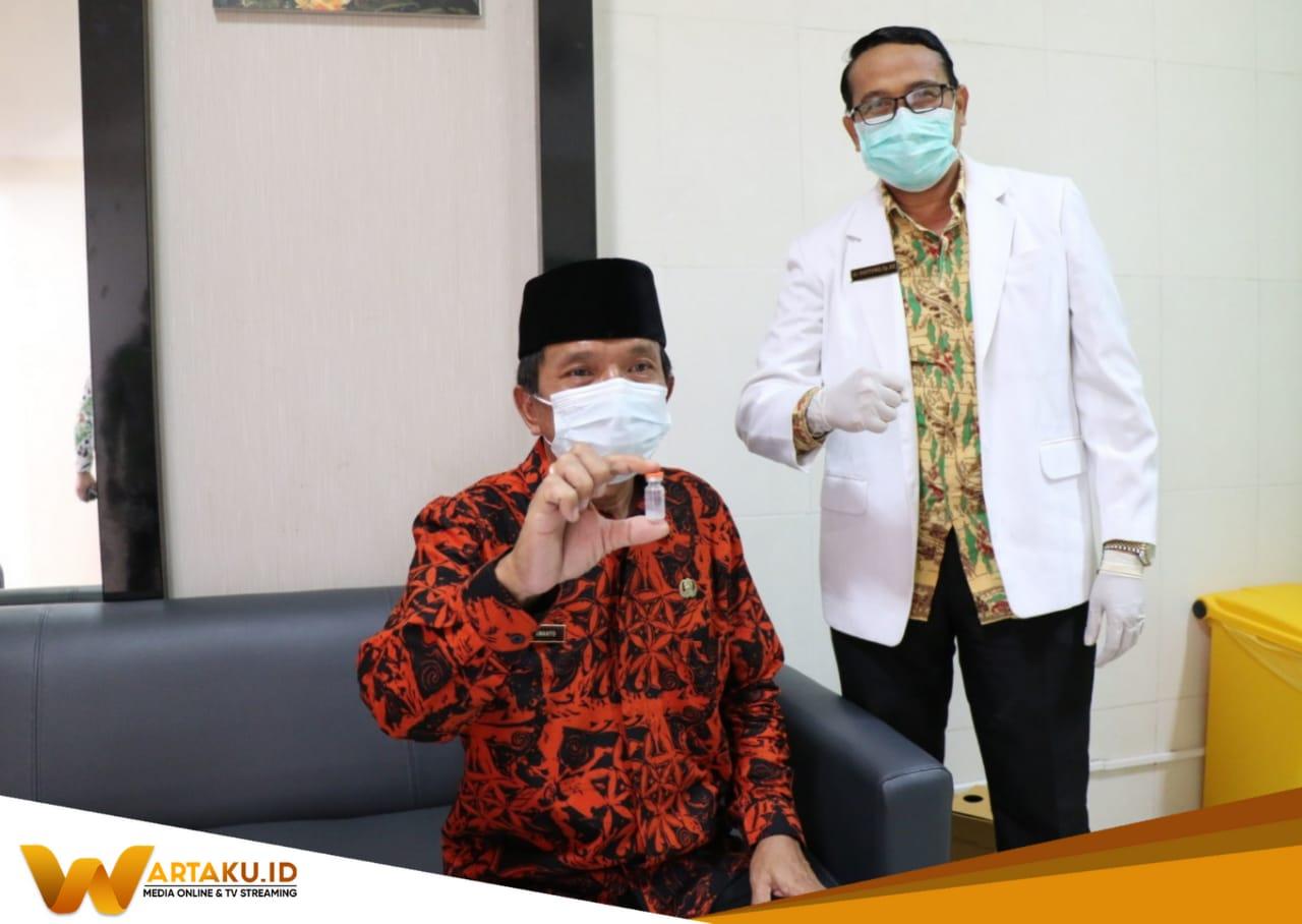 Wakil Bupati Bojonegoro Budi Irawanto Saat mendapatkan Vaksin dari petugas Medis