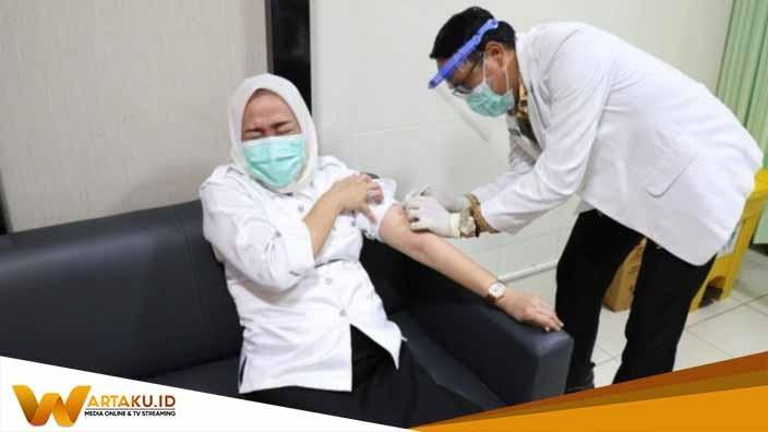 Bupati Bojonegoro Anna Muawanah Saat mendapatkan Vaksin dari petugas Medis